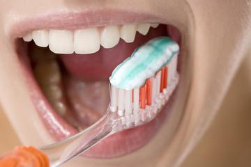 Junge Frau putzt sich die Zähne, close up