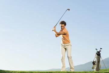 Italien, Kastelruth, Frau spielt Golf auf dem Golfplatz