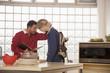 Vater und Sohn in der Küche