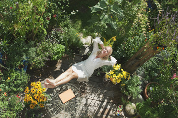 Österreich, Salzburger Land, Junge Frau im Garten, entspannen