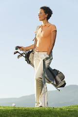 Italien, Kastelruth, Frau mit Golfbag auf Golfplatz