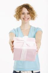 Junge Frau hält Geschenk