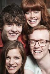 Deutschland, Berlin, Nahaufnahme der jungen Männer und Frauen, Lächeln