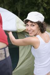 Deutschland, Leipzig, Ammelshainer See, Freunde bauen Zelt auf