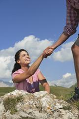 Italien, Südtirol, Kletterer hilft Frau
