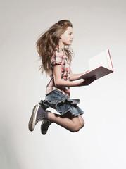 Mädchen mit Buch und springend, Seitenansicht