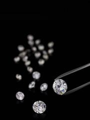 Pinzette und Diamanten