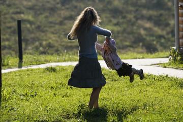 Mutter spielt mit Tochter, Seitenansicht