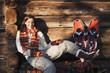 Frau mit Schneeschuhen vor Hütte