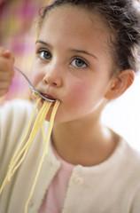 Mädchen isst Spaghetti mit Gabel