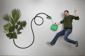 Mann tankt Benzin aus Pflanzen