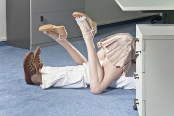 Deutschland, Business-Paar, Sex unter dem Schreibtisch im Büro