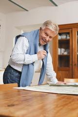 Deutschland, Kratzeburg, erwachsener Mann liest Karte