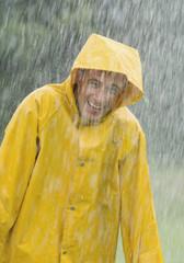 Mann trägt regen Mantel stehend in regen