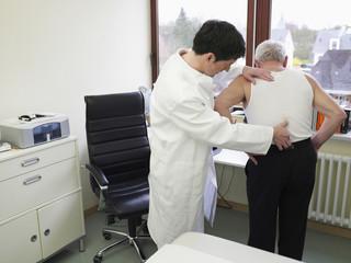 Deutschland, Hamburg, Doktor mit Patienten in der Klinik