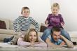 Familie entspannt zu Hause