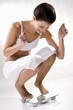 Junge Frau auf Skalen, die Kontrolle ihres Gewichts, Jubel