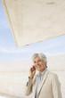 Spanien, Mallorca, Ältere Geschäftsfrau mit Handy
