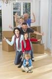Deutschland, Bayern, Gröbenzell, Familie hat Spaß im Haus