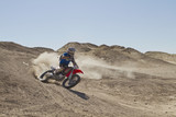 USA, Kalifornien, Motocrosser performing Power Slide auf Palm Desert