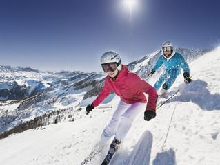 Österreich, Salzburg, Junges Paar Ski am Berg