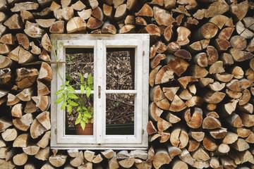 Fenster von Feuerholz eingefasst