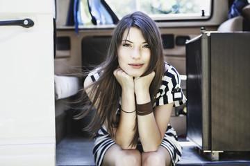 Deutschland, Köln, Junge Frau sitzt im Bus