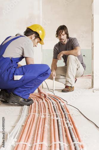 Zwei Männer auf der Baustelle