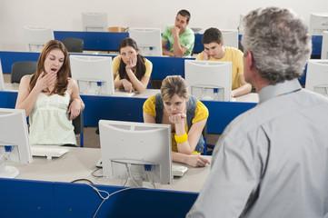 Deutschland, Emmering, Studenten immer im Computerlabor gelangweilt