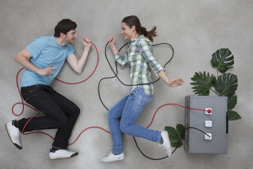 Mann und Frau halten Kabel