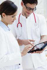 Deutschland, Bayern, Diessen am Ammersee, Zwei junge Ärzte mit Tablet-PC
