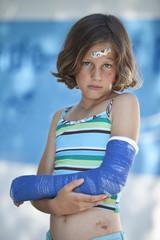 Deutschland, Bayern, Verletztes Mädchen in Badehose mit dem gebrochenem Arm