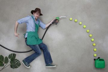 Mann betankt einen grünen Kanister