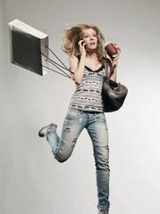 Frau mit Einkaufstaschen, mit Handy