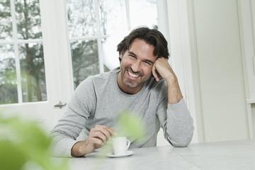 Deutschland, Berlin, erwachsener Mann mit Kaffeetasse