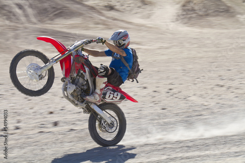 USA, Kalifornien, Motocrosser performing Wheelie auf Palm Desert