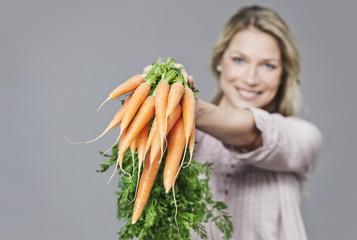 Frau mit Bund Karotten