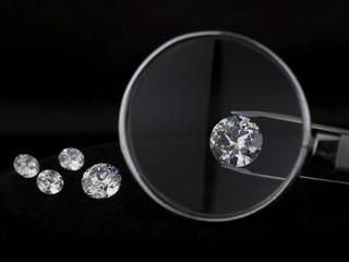 Diamanten unter einer Lupe