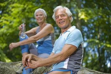 älteres Paar, Senioren eine Pause machend