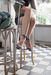 Kroatien, Zagreb, Junge Frau sitzt im Kaffeehaus