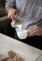Kroatien, Zagreb, Barkeeper macht Kaffee im Café