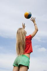 Österreich, Teenager-Mädchen spielen mit Volleyball