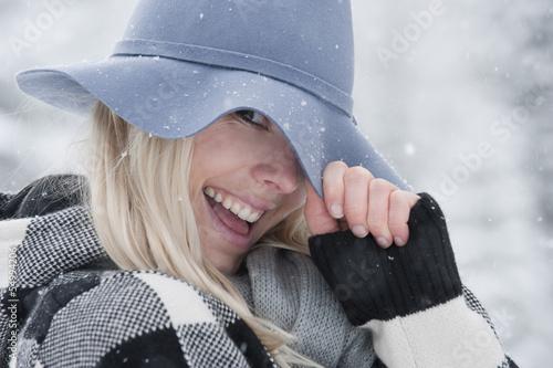 Österreich, Salzburger Land, Altenmarkt, Zauchensee, Junge Frau trägt Hut, lachen