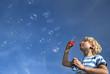 Deutschland, Bayern, Junge mit Seifenblasen