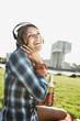 Deutschland, Köln, Junge Frau mit Kopfhörern