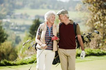 Italien, Kastelruth, Älteres Paar auf Golfplatz