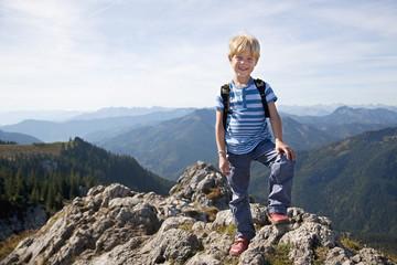 Deutschland, Bayern, Junge auf Berg