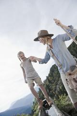 Österreich, Salzburg Land, Filzmoos, Mädchen balanciert auf Baumstamm