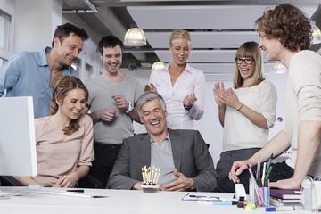 Deutschland, Bayern, München, Männer und Frauen, die im Büro feiern