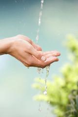 Hände unter Wasserstrahl